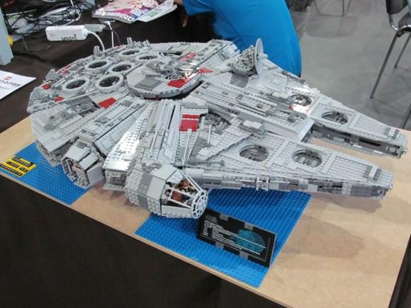 W środku można zobaczyć Hana Solo i Chewiego.