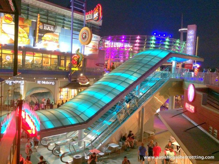 5 Fun Universal Studios CityWalk Restaurants for Families lights