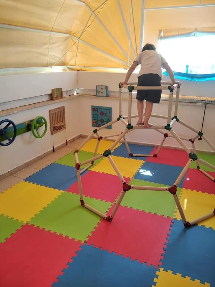 עיצוב קליניקה לטיפול ביתי בילדים יכול לכלול גם מרחבים חיצוניים כמו חצר או מרפסת