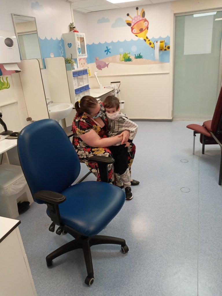 בדיקות דם והכנת לקראת עירוי הדם הטבורי למחקר על אוטיזם