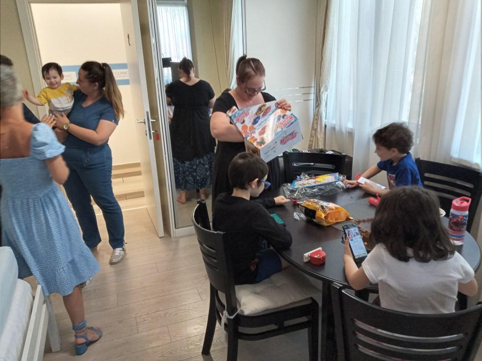 מסיבת יום הולדת בסרביה - במהלך הטיול בהשתלת תאי גזע לאוטיזם