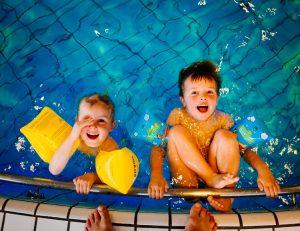 juego en la piscina
