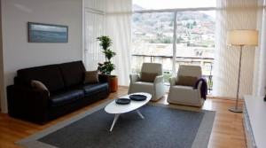 Uno de los salones con los que cuenta la nueva vivienda inaugurada ayer en el barrio donostiarra de Berio. (Ainara Garcia)