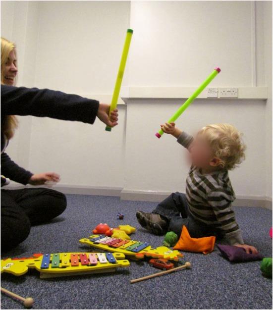 Niño y terapeuta durante una sesión Reciprocal Imitation Training (RIT). RIT implica que el terapeuta imita las acciones y gestos del niño, así como el modelado de las acciones y gestos apropiadas para el desarrollo de la imitación, en un contexto de juego. El niño se anima a imitar, hasta que se establece la imitación recíproca espontánea regular.