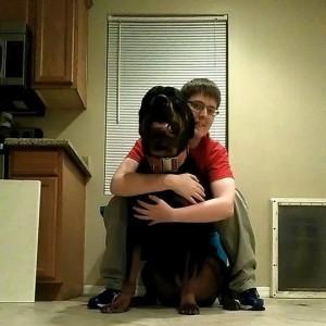 Kayden Clarke con su perro Samson