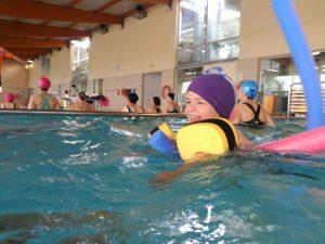En la piscina los niños disfrutan de lo lindo y nos permite trabajar con mucha relajación