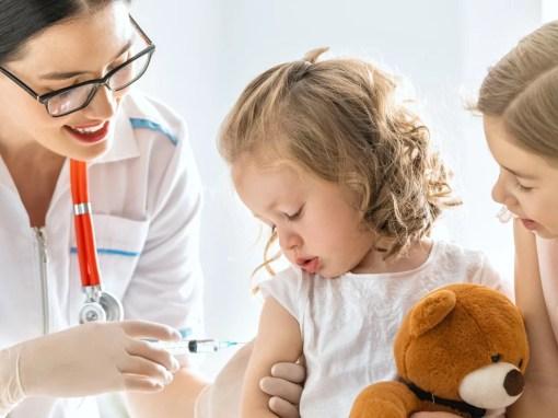 crianças recebem vacina de sarampo