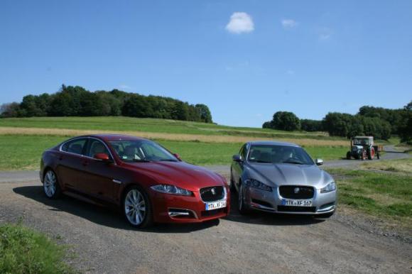 Jaguar XF 2.2 L Diesel, 140 PS (rot) und Jaguar XF 3.0 L V6 Diesel (silber)