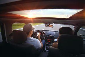 Mladší řidiči do 30 let bourají 2x častěji než starší řidiči, píši totiž SMS nebo chatují