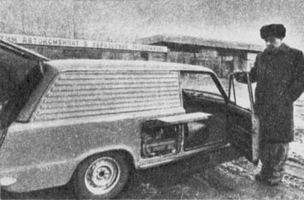 Prototyp elektromobilu VAZ-2801 pro rozvoz jídla - servisní poklop