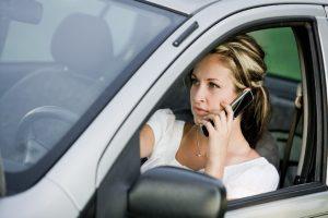 Za telefonování při stání v koloně nebo na semaforech pokutu nedostanete. Zákon myslí jen na jízdu