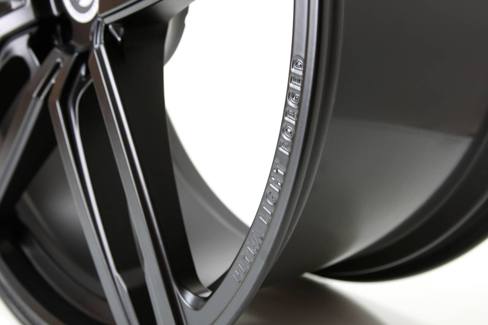 23_HURRICANE_RR_Jet_Black_schmiederad_forged_wheel_04