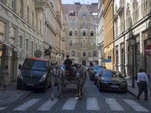 Neukáznění řidiči ničí mozaikové pražské chodníky