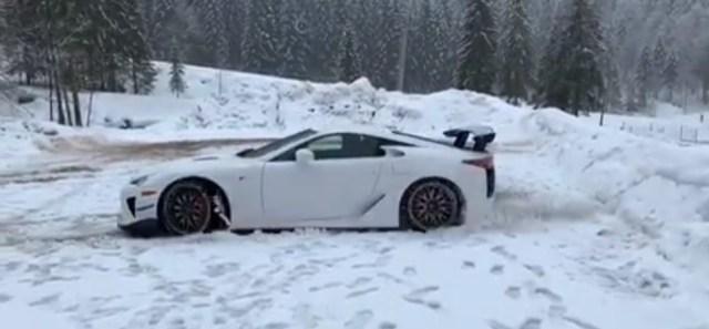 lexus-lfa-nurburgring-edition-donuty-ve-snehu-video