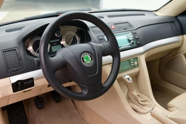 skoda-tudor-2002-interior-steering-wheel-1920x1280
