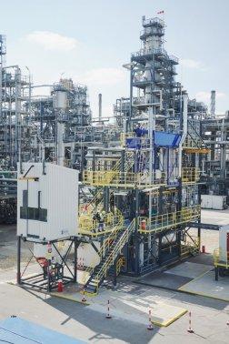OMV mění plastový odpad v ropu: ze 100 kg použitých plastů