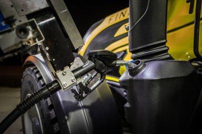 Valtra-T254-Versu-a-Nokian-Tyres-RunwaySnowbot- (10)