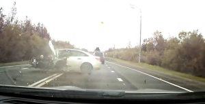 Posádky aut po čelním nárazu nejspíš zachránila jejich auta