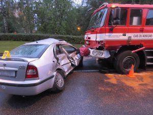 Nedal přednost hasičské Tatře jedoucí k zásahu. Do cesty jí vjel na poslední chvíli