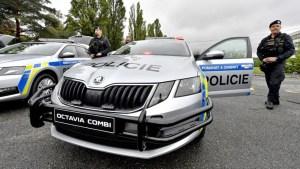 Policisté dostali nová auta. Mají červené majáky a ochranu nárazníků