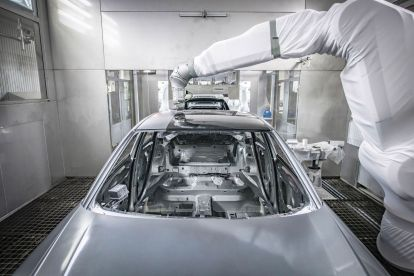 Protecting the environment and cutting costs: With overspray-free painting, Audi is now able to apply two different colors in the same painting process. A robot-controlled high-precision instrument measures the laser-brazed seam between the car's roof and side panel frame. A special applicator, the EcoPaintJet by Dürr, then applies a black paint specially developed for this method onto the body in strips, with millimeter precision but without spray mist.