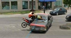 google-maps-street-view-nehoda-pick-up-motorka
