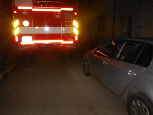 Špatné parkování řidičů zavinilo zdržení hasičů cestou k požáru i odřená vozidla