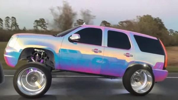 Totální úlet nebo nová tuningová móda? Staré SUV dostalo holografický polep a vypadá jako z komiksu