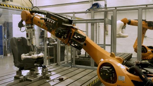 roboticky-zadek-KUKA-Ford_ (2)