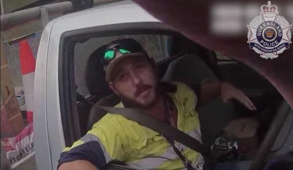Policejní hlídka zastavila řidiče jedoucího až moc rychle. Řidič jim ale vysvětlil, že ho kousl had