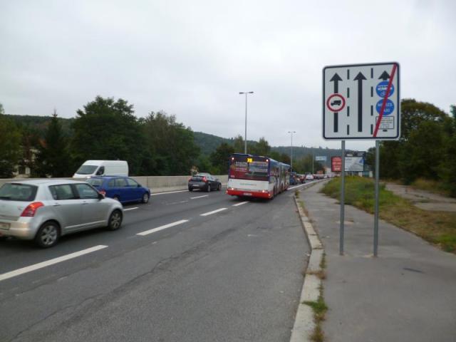 Komentář: Pražský magistrát chce definitivně zakázat řidičům jízdu v autobusových pruzích. Přitom to ulevuje dopravě