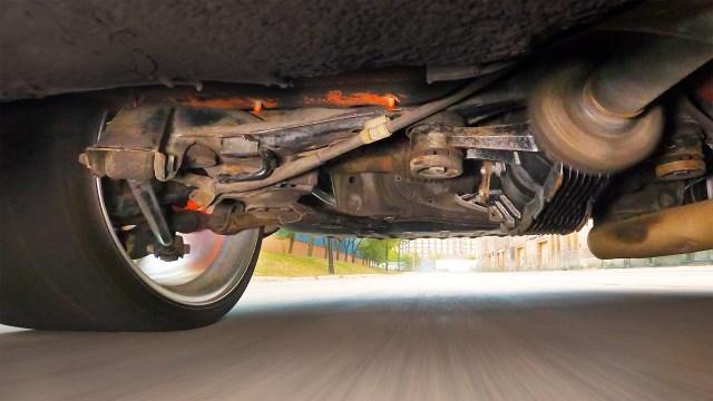Jak to vypadá v pneumatice a pod autem, když driftuje Toyota Supra? Podívejte se