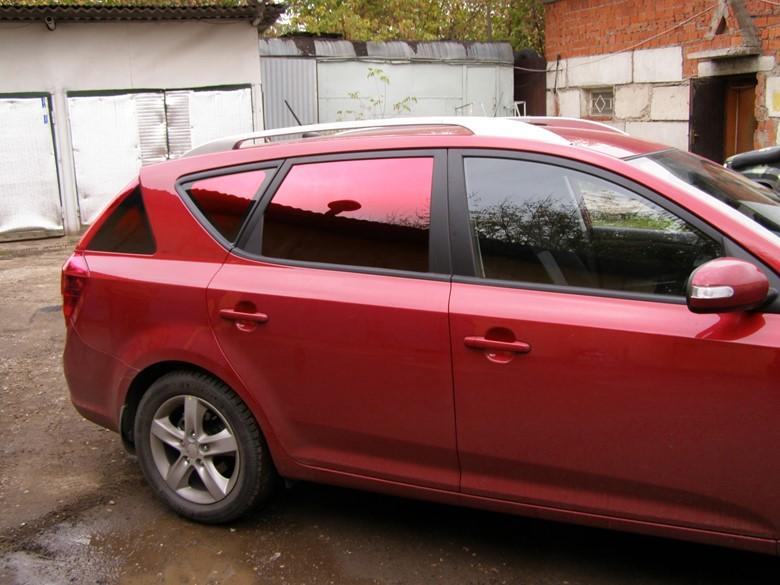 Красный автомобиль с красной тонировкой
