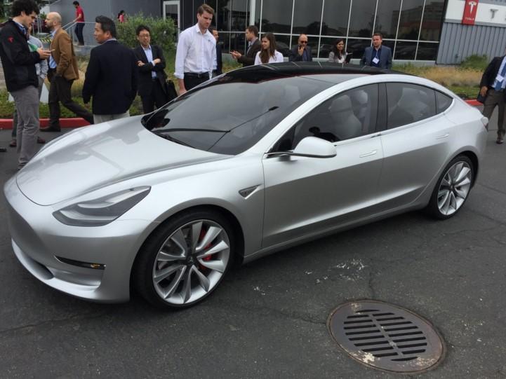 Электрокар Tesla Model 3, фото
