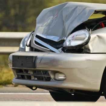 srebrne auto naprawa po wypadku