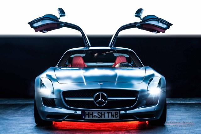 MERCEDES-BENZ SLS AMG, Studioaufnahme, tief frontal, Flügeltüren geöffnet. Automobilfotograf: Stephan Hensel, Hamburg