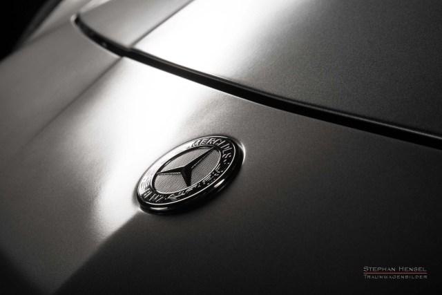 MERCEDES-BENZ SLS AMG, Studioaufnahme, Detail Motorhaube, Emblem. Automobilfotograf: Stephan Hensel, Hamburg