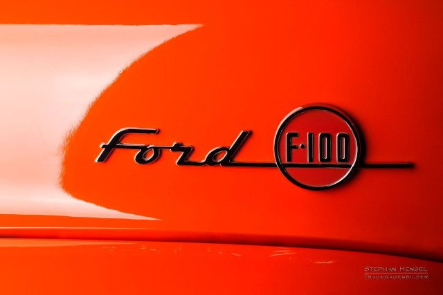 Ford F100, Pick-Up Truck, Emblem auf Motorhaube links. Autofotografie: Stephan Hensel, Hamburg, Oldtimerfotograf