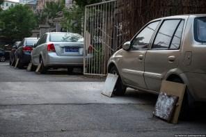 Как и зачем китайцы защищают покрышки автомобилей от собак