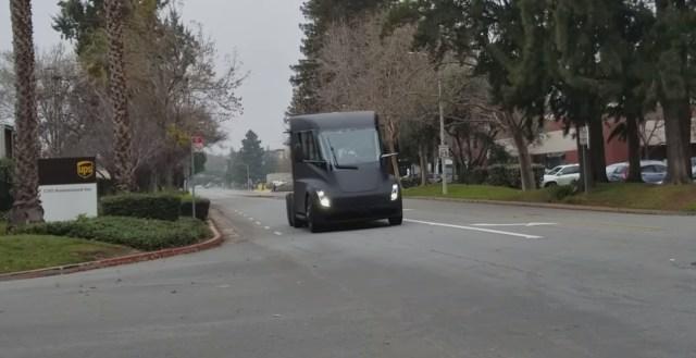 В сеть выложили первое видео Tesla Semi на дорогах общего пользования