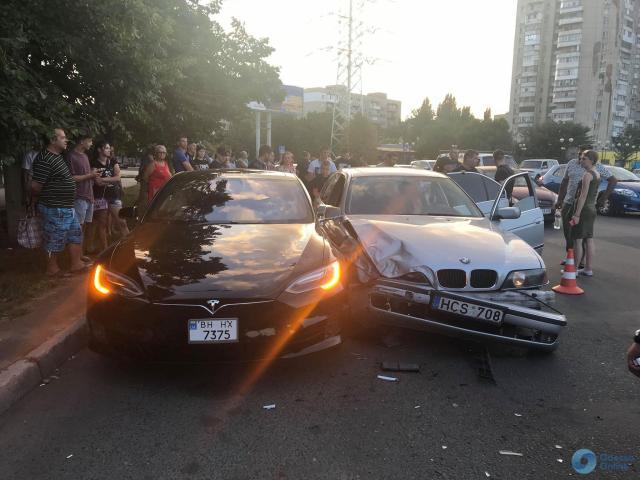 """ДТП в Одессе: 14-летний водитель на """"бляхах"""" врезался в Tesla и попытался сбежать босиком"""