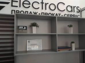 На границе войны и мира: сеть электромобильных салонов Electrocars открыла отделение в Мариуполе