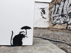 След Бэнкси в Киеве: столичную электрозаправку разрисовал всемирно известный аноним