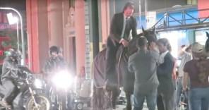 "Видео дня: ""зеленая погоня"" - Киану Ривз на коне против электробайков"
