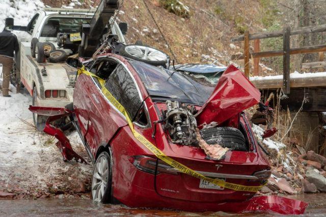 Электромобиль Tesla Model X упал с обрыва на огромной скорости: авто всмятку, все пассажиры живы