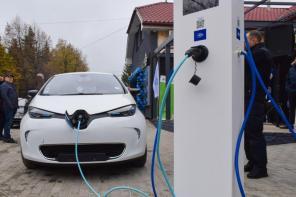 В Ужгороде открыли первый в регионе салон электромобилей и запустили экологическое такси