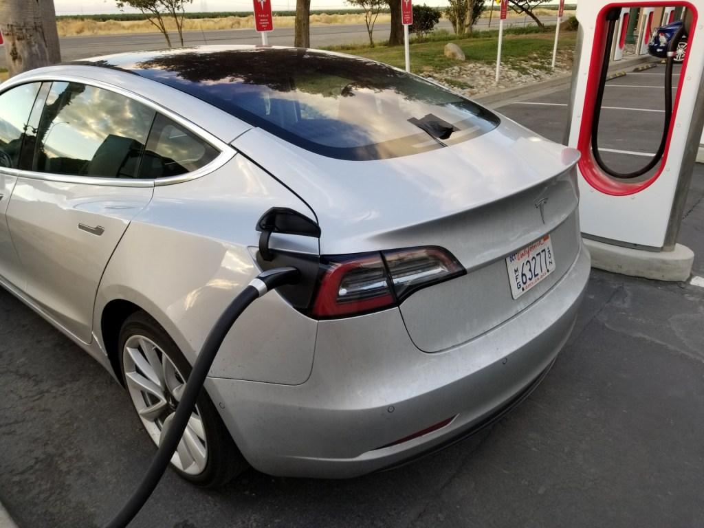 """Примерзает? Илон Маск пообещал обновить режим """"холодная погода"""" для Tesla"""