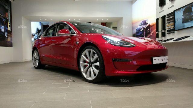Белый салон и два мотора: Tesla представила европейскую версию электромобиля Model 3