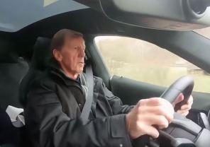 Видео дня: легендарный автогонщик протестировал электромобиль Porsche Taycan