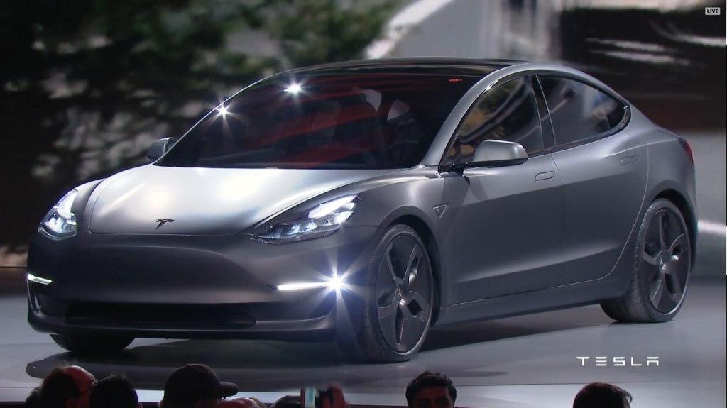 """""""Автопилот"""" на европейских Tesla Model 3 оказался урезанным: названа причина"""